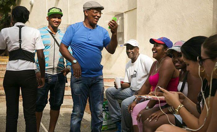 Cubanos conversan y a cada rato aluden a refranes