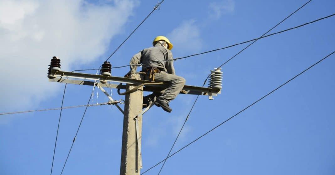 Un poste eléctrico amenaza la vida de unos cubanos