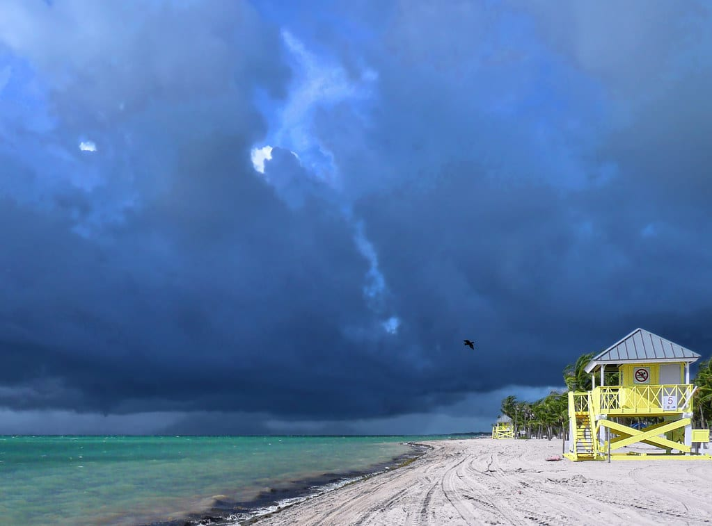 Mal tiempo y tornados provocan estampida de personas en Miami Beach