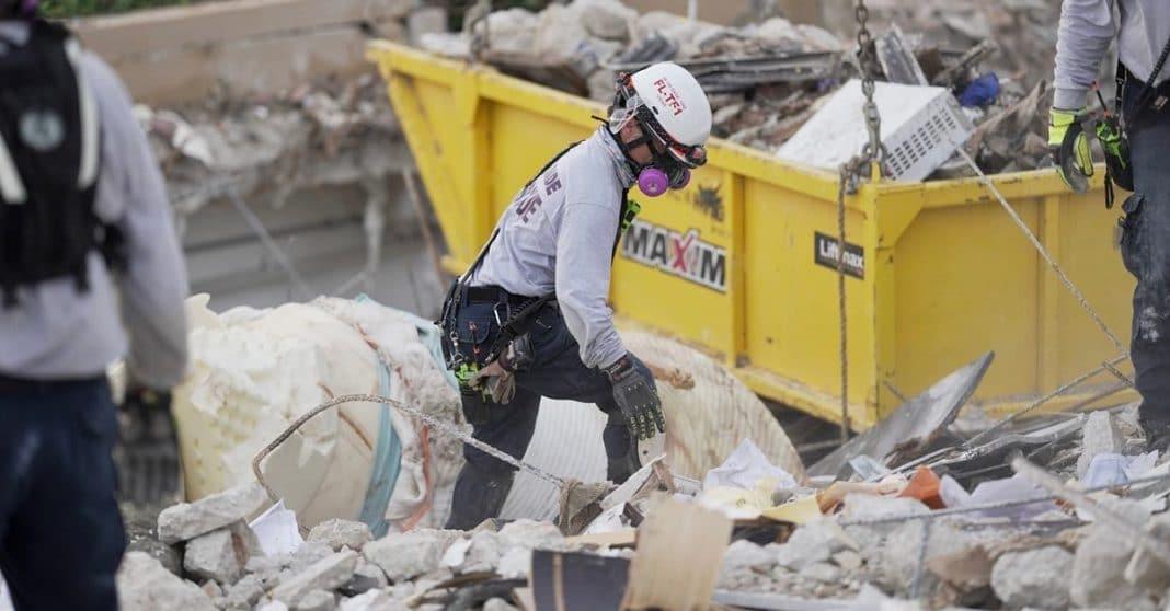 Rescatistas buscan un milagro, entre escombros en Surfside