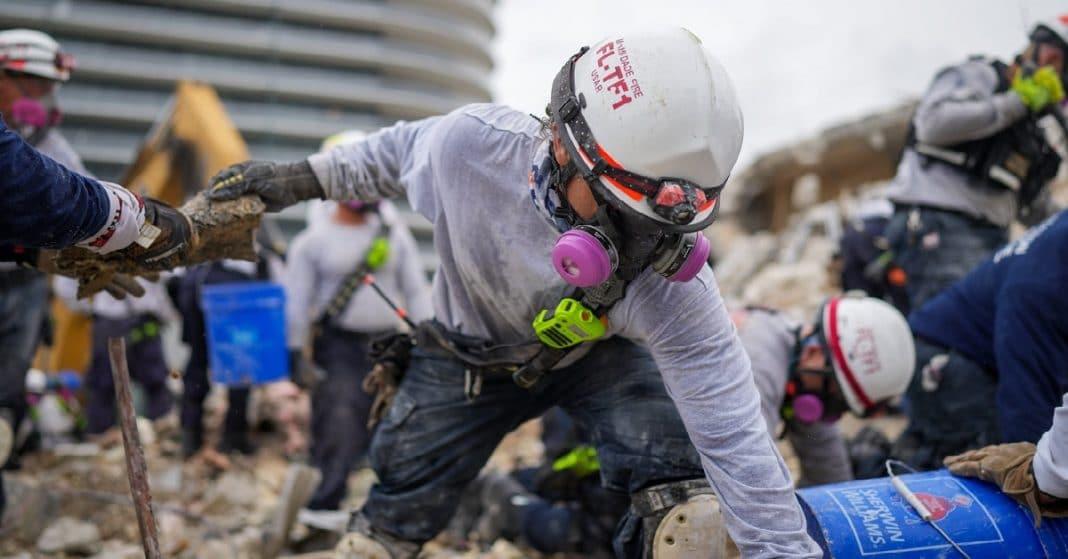 Los rescatistas continúan retirando escombros en Surfside, y buscando víctimas
