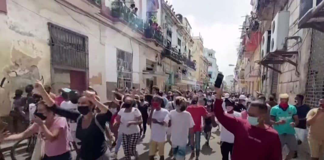 Cubanos marchan en señal de protesta por las calles de Cuba