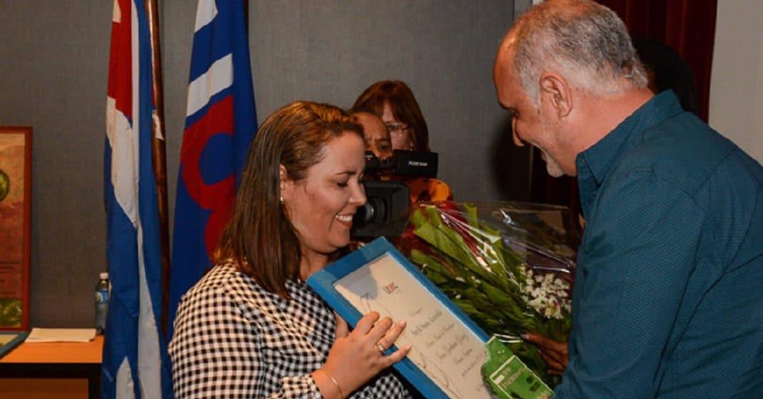 Oficialismo premia a periodistas que denuncian ineptitud del sistema