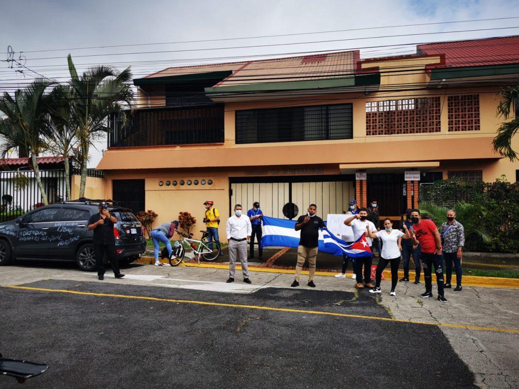 grupo de cubanos protestan en Costa Rica