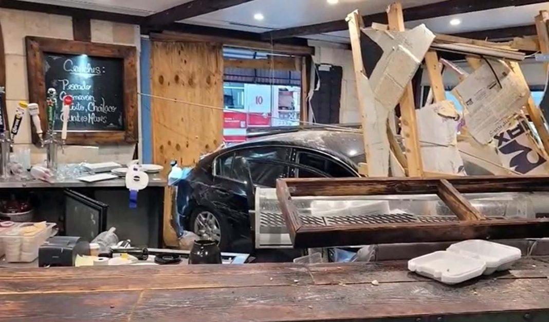 auto se estrella contra restaurante en Miami