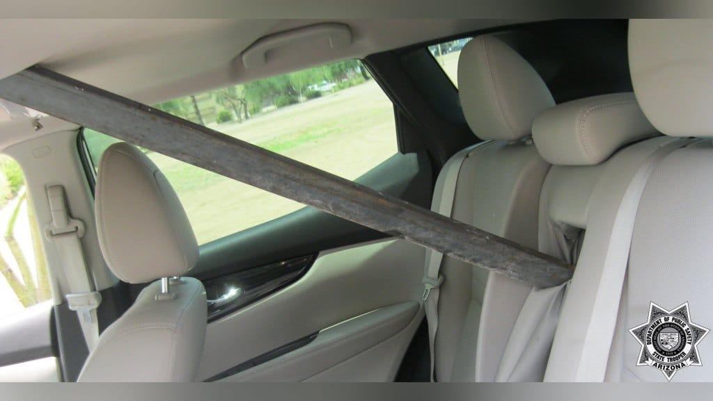 Una barra de metal por poco empala a la conductora de una auto