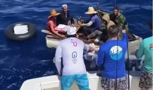 balseros cubanos son asistidos por pescadores en alta mar