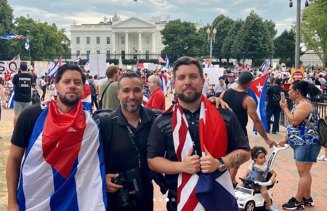 Los Pichy Boys frente a la Casa Blanca