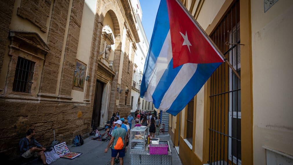 Bandera cubana en calle de Cádiz