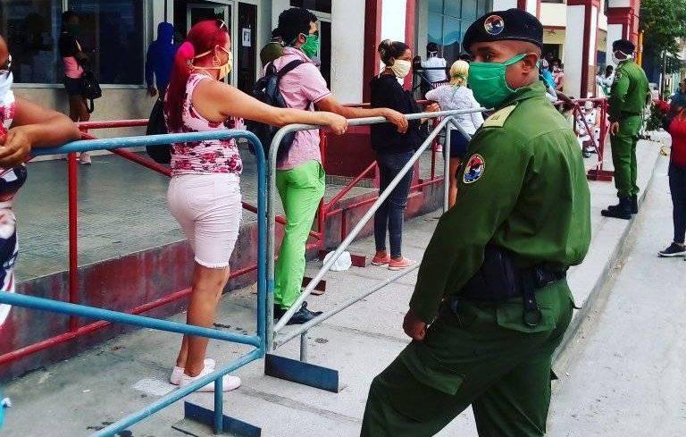 Tiempos difíciles se viven en una Cuba militarizada.