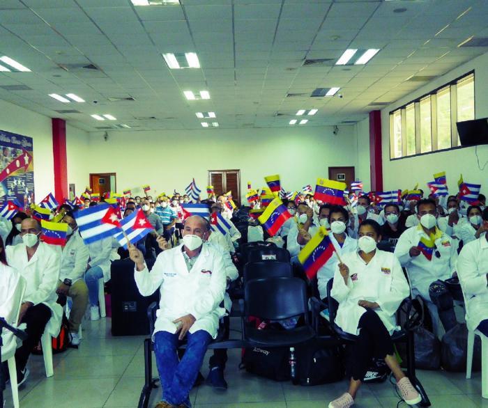 Díaz-canel sigue recogiendo los médicos que tenía ociosos en Venezuela, curando heriditas y rasponazos.