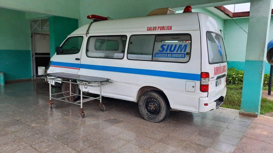 La falta de neumáticos en Cuba tiene paralizada esta ambulancia.
