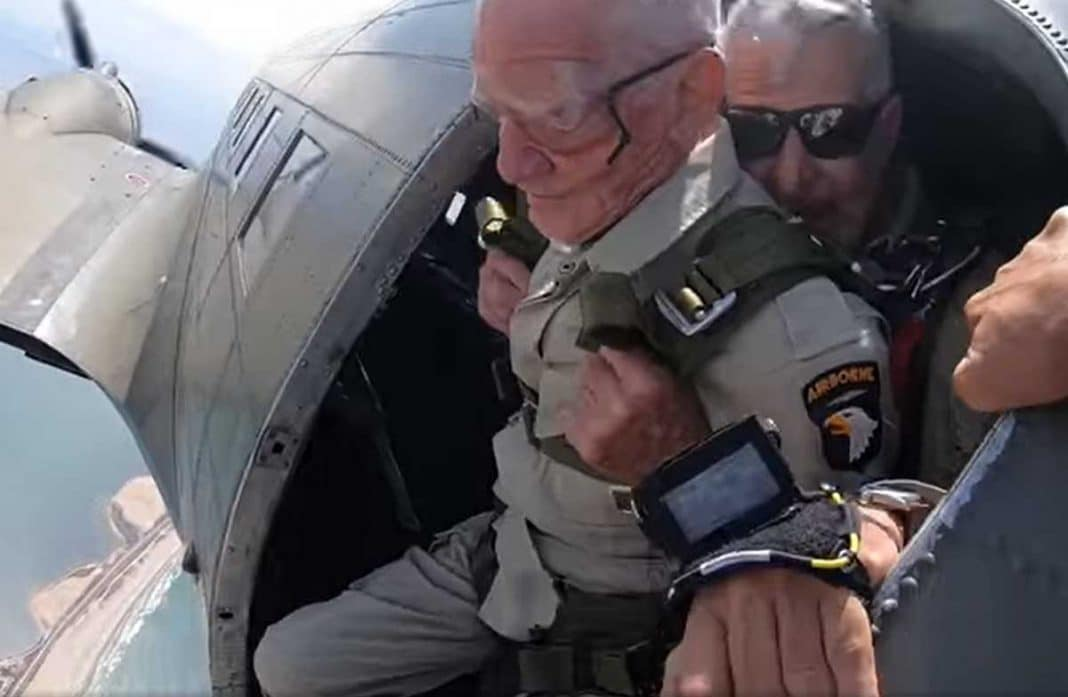 anciano salta en paracaídas