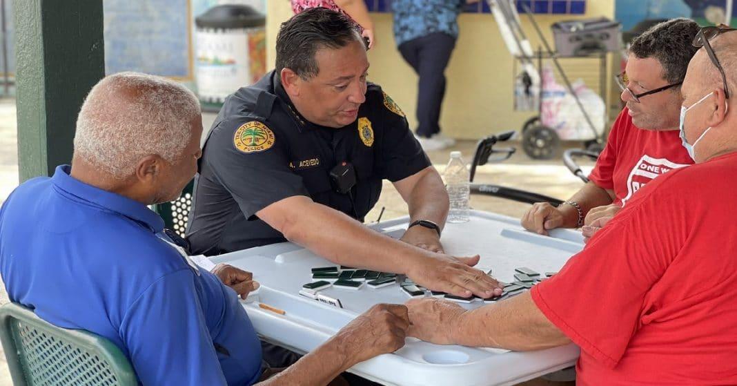 Arturo Acevedo, Jefe de la Policía en Miami, y jugador de dominó.