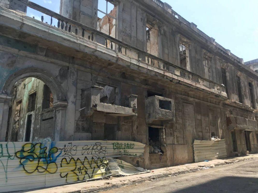 Centro Habana, balcones en peligro de derrumbe