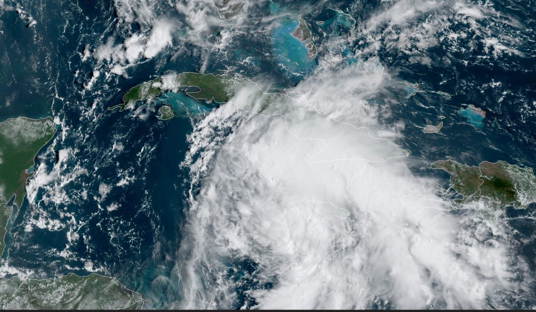 Se intensifica onda tropical, y amenaza con convertirse en huracán Ida