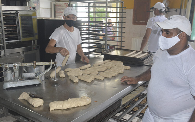 El pan se manipula sin higiene alguna en Cuba