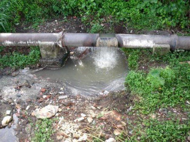 Agua mezclada con desechos