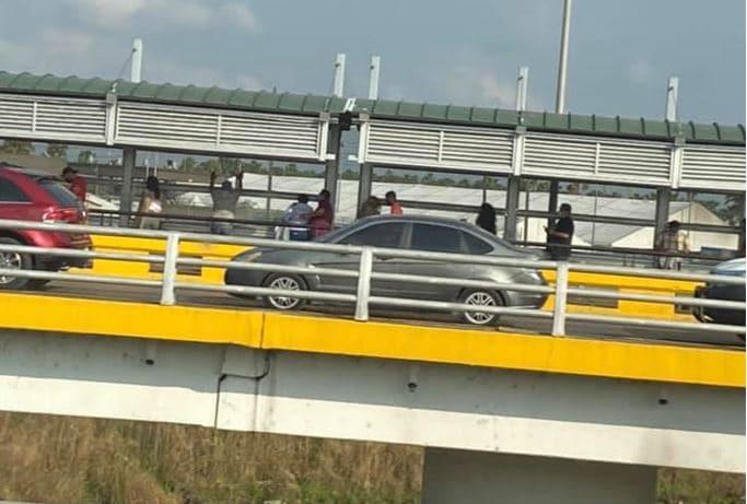 Algunos migrantes logran llegar a puentes fronterizos; los que no, son deportados