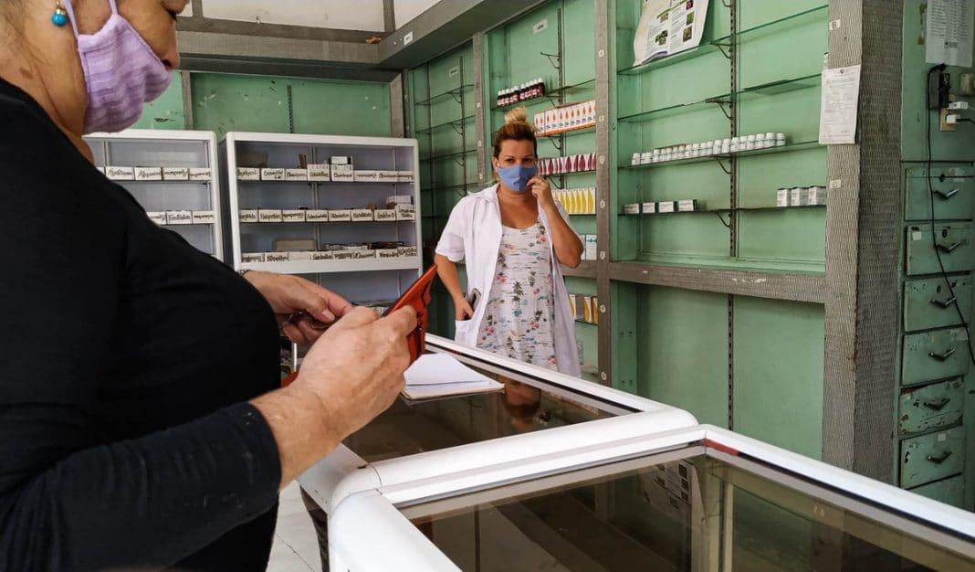 A la escasez de medicamentos en Cuba, hay que sumar las colas