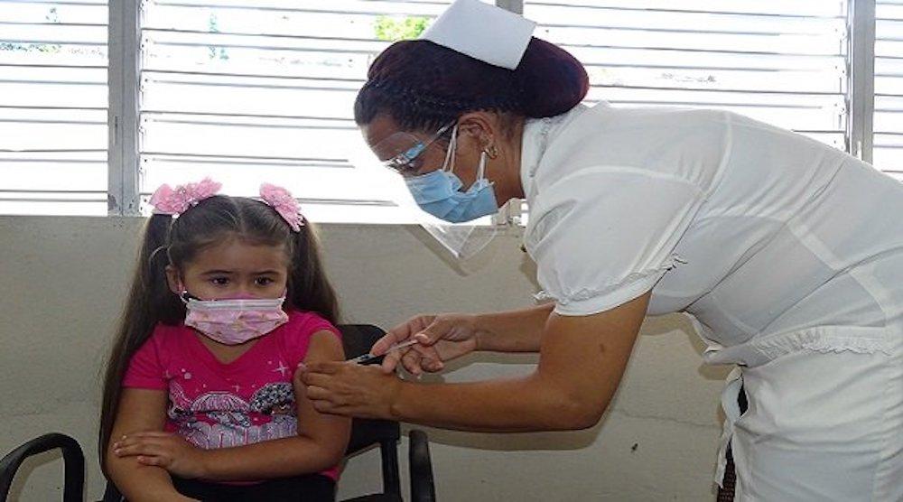 Menor recibe dosis en la vacunación pediátrica contra el covid