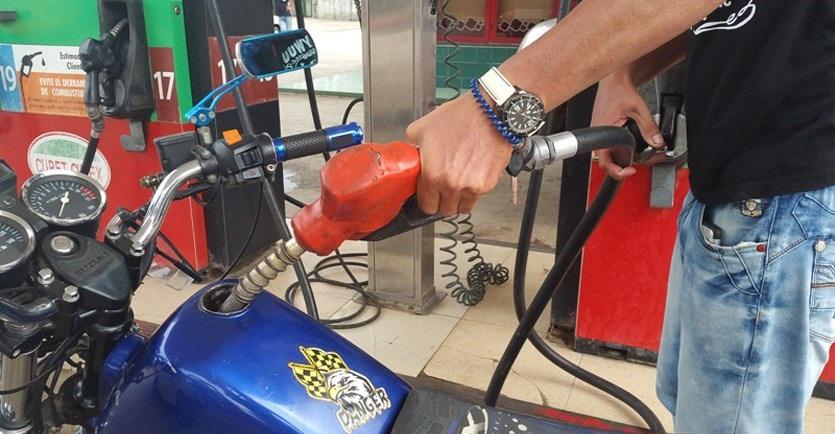 Un cubano cuenta cómo debió echar 10 litros de gasolina en Pinar del Río