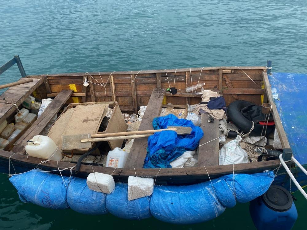 En esta embarcación viajaban el miércoles 16 balseros cubanos