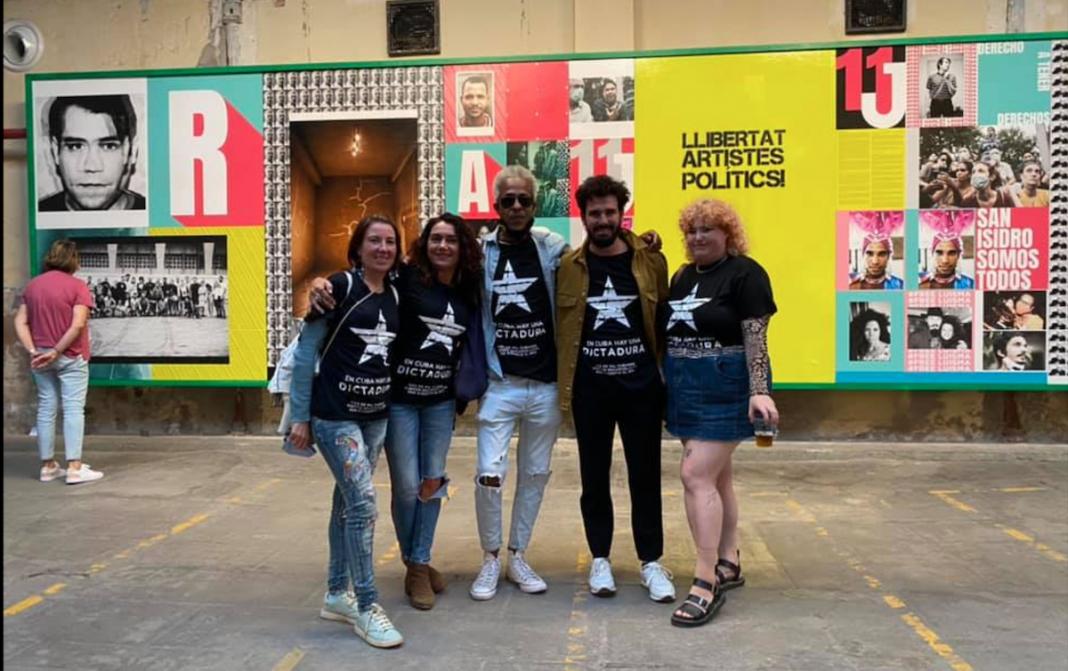 Jóvenes con camisetas de Patria y Vida en Barcelona