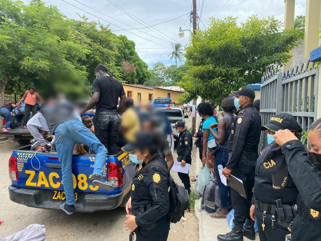 Migrantes cubanos y haitianos fueron interceptados en Guatemala.