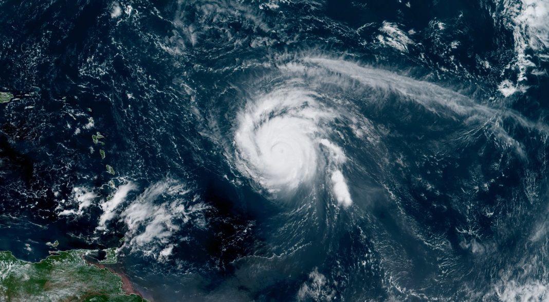 El huracán SAM se aleja de territorio de los EE.UU.