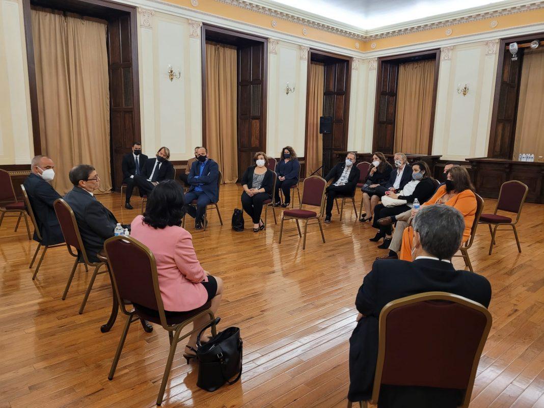 Canciller de Cuba se reúne en Nueva York con charteadores y dueños de agencias.