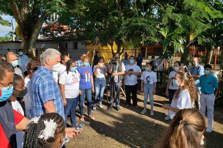 Díaz Canel pasea por un barrio vulnerable de La Lisa