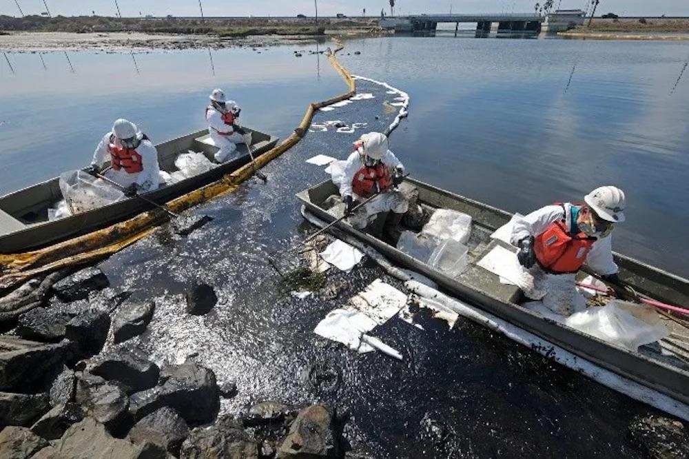 El petróleo daña las playas de California