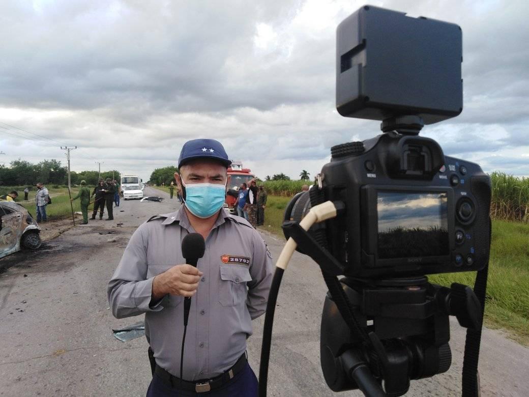 Agentes de la policía se presentan en el lugar del accidente en Las Tunas