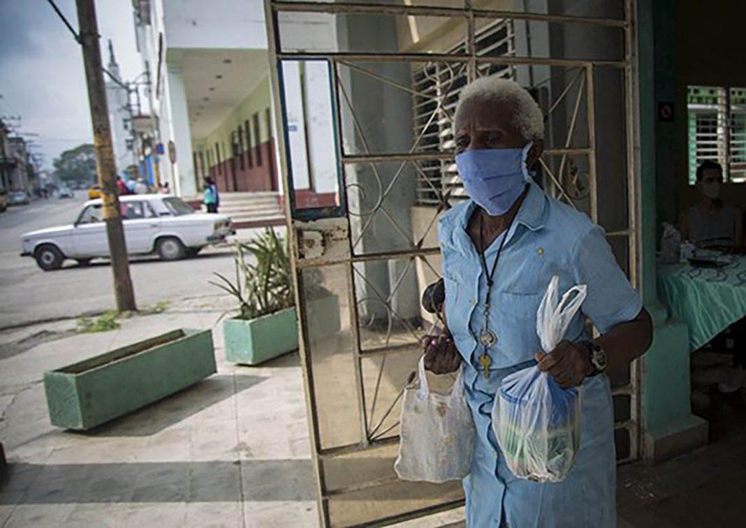 Muchos ancianos de Cuba sobreviven como pueden